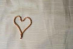 Χρυσή αλυσίδα γυναικών ` s, διαμορφωμένο καρδιά βραχιόλι Φωτεινή, ακτινοβολώντας, γοητευτική, μοντέρνη, ακριβή καρδιά από το κόσμ στοκ εικόνα με δικαίωμα ελεύθερης χρήσης