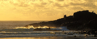 Χρυσή ανατολή βράχων αλιείας στοκ εικόνα