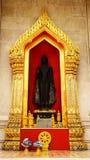 Χρυσή αψίδα και μαύρο άγαλμα Wat Benchamabophit του Βούδα ο μαρμάρινος τουρισμός ναών στοκ εικόνα με δικαίωμα ελεύθερης χρήσης