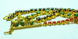 Χρυσή αλυσίδα με τα κοσμήματα Στοκ φωτογραφία με δικαίωμα ελεύθερης χρήσης