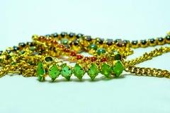 Χρυσή αλυσίδα με τα κοσμήματα Στοκ εικόνες με δικαίωμα ελεύθερης χρήσης