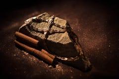 Χρυσή αλυσίδα που βρίσκεται σε έναν βράχο και τα ραβδιά κανέλας Στοκ εικόνες με δικαίωμα ελεύθερης χρήσης