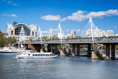 Χρυσή γέφυρα ιωβηλαίου με τη βάρκα στο Λονδίνο, Αγγλία, UK Στοκ Φωτογραφίες