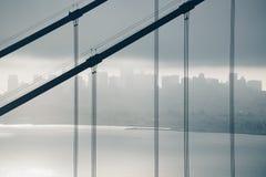 Χρυσή γέφυρα πυλών ανατολής σκιαγραφιών πάνω από την πλάτη σημείου άποψης Στοκ Φωτογραφία