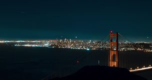 Χρυσή γέφυρα πυλών με τις απόψεις πόλεων τη νύχτα απόθεμα βίντεο