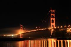 Χρυσή γέφυρα πυλών τη νύχτα Στοκ εικόνες με δικαίωμα ελεύθερης χρήσης