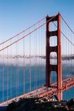 Χρυσή γέφυρα πυλών του Σαν Φρανσίσκο στο ομιχλώδες δραματικό βράδυ λ ημέρας στοκ φωτογραφίες