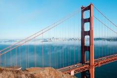 Χρυσή γέφυρα πυλών του Σαν Φρανσίσκο στο ομιχλώδες δραματικό βράδυ λ ημέρας στοκ φωτογραφία με δικαίωμα ελεύθερης χρήσης