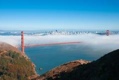 Χρυσή γέφυρα πυλών του Σαν Φρανσίσκο στο ομιχλώδες δραματικό βράδυ λ ημέρας στοκ εικόνες