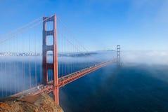 Χρυσή γέφυρα πυλών του Σαν Φρανσίσκο στο ομιχλώδες δραματικό βράδυ λ ημέρας στοκ εικόνες με δικαίωμα ελεύθερης χρήσης