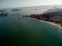 Χρυσή γέφυρα πυλών από τον αέρα με το υπόβαθρο του Σαν Φρανσίσκο στοκ φωτογραφίες