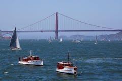 Χρυσή γέφυρα πυλών | Κλασικά γιοτ Στοκ Φωτογραφίες