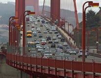 Χρυσή γέφυρα πυλών με τα αυτοκίνητα, τα λεωφορεία και τους ανθρώπους. Κινηματογράφηση σε πρώτο πλάνο. Στοκ φωτογραφία με δικαίωμα ελεύθερης χρήσης