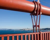 Χρυσή γέφυρα πυλών με την άποψη του Σαν Φρανσίσκο στην απόσταση Στοκ φωτογραφία με δικαίωμα ελεύθερης χρήσης