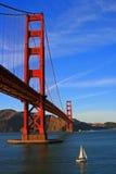 Χρυσή γέφυρα πυλών με τη βάρκα Στοκ Εικόνες