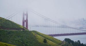 Χρυσή γέφυρα Σαν Φρανσίσκο πυλών που καλύπτεται από την ομίχλη - ΣΑΝ ΦΡΑΝΣΊΣΚΟ - ΚΑΛΙΦΟΡΝΙΑ - 18 Απριλίου 2017 Στοκ Εικόνα
