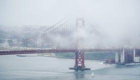 Χρυσή γέφυρα Σαν Φρανσίσκο πυλών που καλύπτεται από την ομίχλη - ΣΑΝ ΦΡΑΝΣΊΣΚΟ - ΚΑΛΙΦΟΡΝΙΑ - 18 Απριλίου 2017 Στοκ εικόνα με δικαίωμα ελεύθερης χρήσης