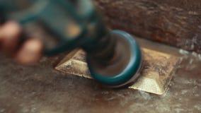 Χρυσή διαδικασία πλινθωμάτων που κάνει το εργοστάσιο χεριών απόθεμα βίντεο