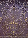 Χρυσή διακόσμηση σε ένα καφετί υπόβαθρο στοκ εικόνα