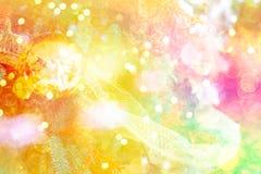 Χρυσή διακόσμηση σφαιρών για το χριστουγεννιάτικο δέντρο Λαμπρό ελαφρύ υπόβαθρο διακοσμήσεων Χριστουγέννων φλογών εύθυμο με το δι Στοκ Εικόνα