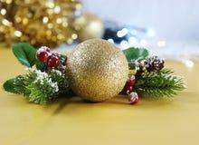 Χρυσή διακόσμηση Χριστουγέννων με τα μούρα Στοκ εικόνα με δικαίωμα ελεύθερης χρήσης