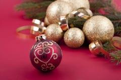 Χρυσή διακόσμηση Χριστουγέννων στο κόκκινο Στοκ εικόνες με δικαίωμα ελεύθερης χρήσης