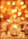 Χρυσή διακόσμηση χριστουγεννιάτικων δέντρων μπιχλιμπιδιών Στοκ Φωτογραφίες