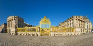 Χρυσή είσοδος παλατιών των Βερσαλλιών, Γαλλία Στοκ Φωτογραφίες