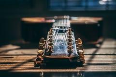 Χρυσή εκλεκτής ποιότητας ακουστική κιθάρα σειράς στοκ εικόνες με δικαίωμα ελεύθερης χρήσης