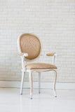 Χρυσή εκλεκτής ποιότητας έδρα πολυτέλειας στο τουβλότοιχο Στοκ εικόνα με δικαίωμα ελεύθερης χρήσης