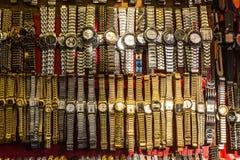 Χρυσή εξέταση ρολόγια την αγορά Meena Bazaar στο Δελχί, IND Στοκ εικόνες με δικαίωμα ελεύθερης χρήσης