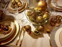 Χρυσή επιτραπέζια ρύθμιση Χριστουγέννων Στοκ φωτογραφία με δικαίωμα ελεύθερης χρήσης