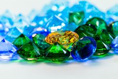 Χρυσή θέση διαμαντιών μέσα στα πράσινα διαμάντια και τα μπλε διαμάντια Στοκ Φωτογραφίες