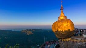 Χρυσή θέση ταξιδιού ορόσημων παγοδών βράχου (παγόδα Kyaikhtiyo) του Μιανμάρ απόθεμα βίντεο