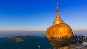 Χρυσή θέση ταξιδιού ορόσημων παγοδών βράχου (παγόδα Kyaikhtiyo) του Μιανμάρ φιλμ μικρού μήκους