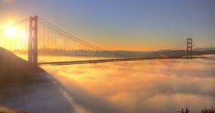 Χρυσή θεαματική ανατολή γεφυρών πυλών με τη χαμηλή ομίχλη φιλμ μικρού μήκους