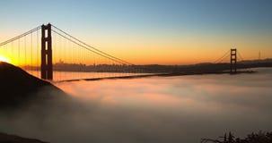 Χρυσή θεαματική ανατολή γεφυρών πυλών με τη χαμηλή ομίχλη απόθεμα βίντεο