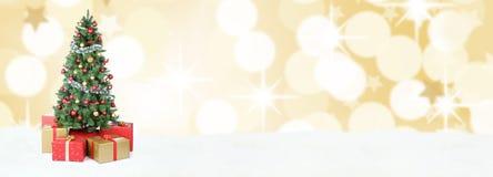 Χρυσή διακόσμηση σφαιρών χιονιού εμβλημάτων υποβάθρου χριστουγεννιάτικων δέντρων ομο Στοκ Εικόνα