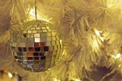 Χρυσή διακόσμηση σφαιρών Χριστουγέννων στο τεχνητό δέντρο πεύκων Στοκ Φωτογραφίες