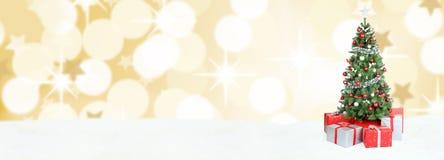 Χρυσή διακόσμηση χιονιού εμβλημάτων υποβάθρου χριστουγεννιάτικων δέντρων copyspac Στοκ Φωτογραφία