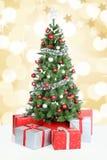 Χρυσή διακόσμηση χιονιού εμβλημάτων υποβάθρου χριστουγεννιάτικων δέντρων Στοκ εικόνα με δικαίωμα ελεύθερης χρήσης