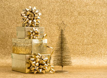 Χρυσή διακόσμηση χριστουγεννιάτικων δέντρων με τα κιβώτια δώρων Στοκ φωτογραφία με δικαίωμα ελεύθερης χρήσης