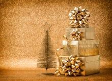 Χρυσή διακόσμηση χριστουγεννιάτικων δέντρων με τον τρύγο κιβωτίων δώρων Στοκ Φωτογραφίες