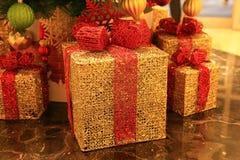 Χρυσή διακόσμηση χριστουγεννιάτικων δώρων Στοκ φωτογραφία με δικαίωμα ελεύθερης χρήσης