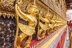 Χρυσή διακόσμηση garuda στον τοίχο της κύριας βουδιστικής εκκλησίας ή Στοκ Εικόνες