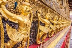 Χρυσή διακόσμηση garuda στον τοίχο της κύριας βουδιστικής εκκλησίας Στοκ εικόνες με δικαίωμα ελεύθερης χρήσης