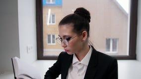 χρυσή ιδιοκτησία βασικών πλήκτρων επιχειρησιακής έννοιας που φθάνει στον ουρανό Μια νέα γυναίκα που διαβάζει ένα βιβλίο απόθεμα βίντεο