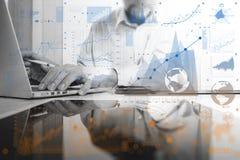 χρυσή ιδιοκτησία βασικών πλήκτρων επιχειρησιακής έννοιας που φθάνει στον ουρανό Τρόπος προγράμματος χρηματιστηρίου εργασίας επιχε Στοκ φωτογραφίες με δικαίωμα ελεύθερης χρήσης