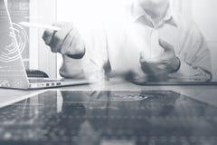 χρυσή ιδιοκτησία βασικών πλήκτρων επιχειρησιακής έννοιας που φθάνει στον ουρανό Τρόπος προγράμματος χρηματιστηρίου εργασίας επιχε Στοκ φωτογραφία με δικαίωμα ελεύθερης χρήσης