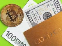Χρυσή κάρτα, bitcoin, ευρώ και δολάριο σε ένα πράσινο υπόβαθρο στοκ εικόνες